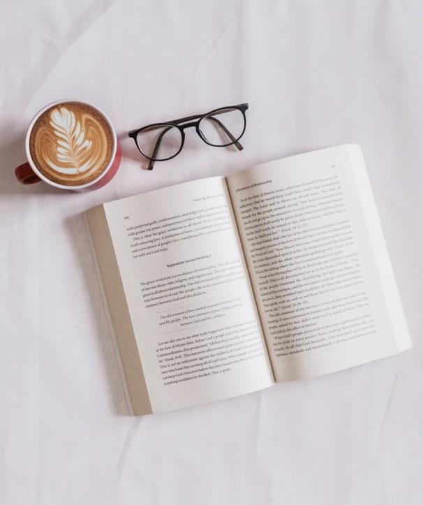 Buch, Brille, Kaffee.