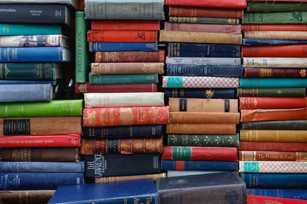 Bunte Bücherwand